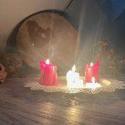 Sacred Space mit Kerzen und Trommel